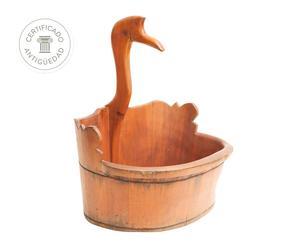 Bañera antigua de bebé con grulla en madera de abedul