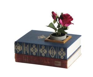 Maceta de libros con rosa artificial