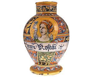 Vaso in ceramica con bella in giardino fiorito