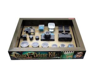 """Analogowy aparat fotograficzny """"Diana F+"""" z kompletem obiektywów i akcesoriów"""