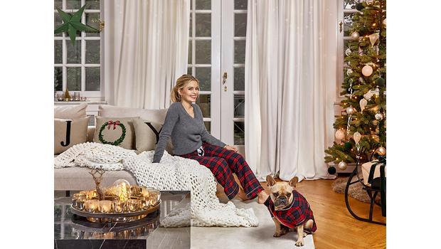 Delia zdobí dům na Vánoce