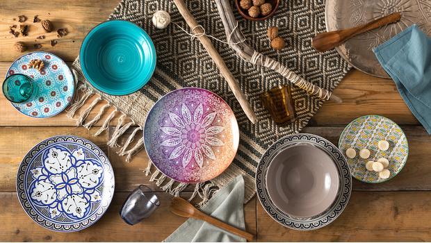 Stůl plný barev