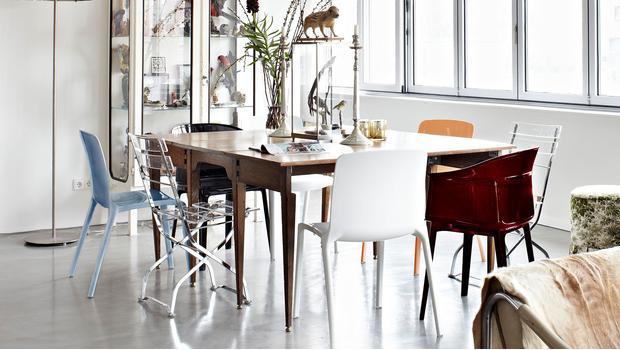 Různé židle u stolu