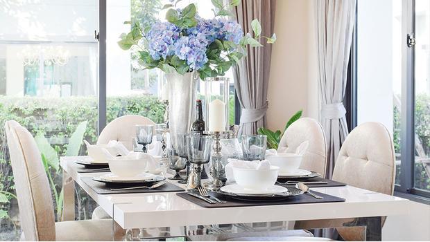 Stůl plný lesku
