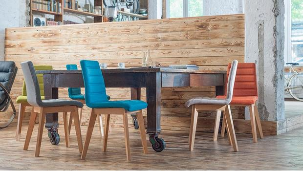Bunte Stühle und Hocker