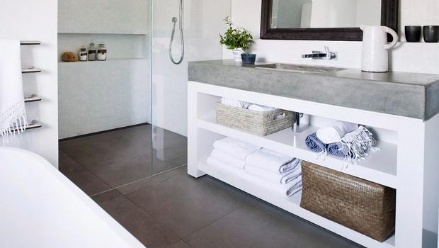 Ein Badezimmer ganz in Weiß