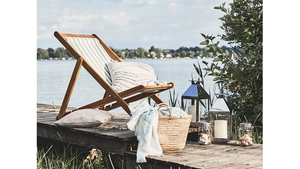Un porche en el lago