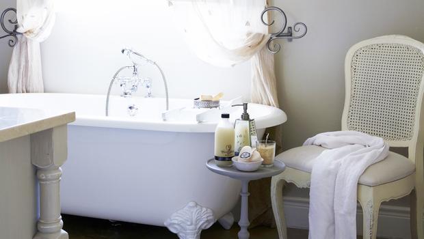 Une salle de bains shabby