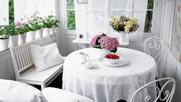 armoire étagère canapé vase