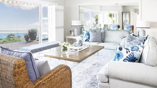 En bleu et blanc, avec des teintes douces et des matières naturelles, le style bord de mer s'invite dans la maison.