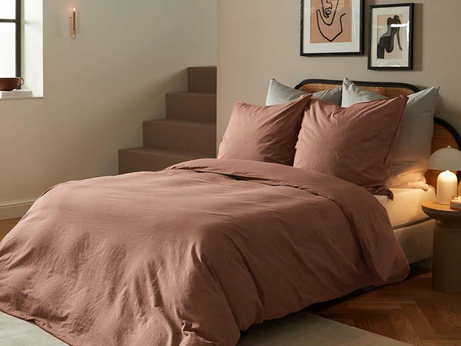 Bett-Styling in Herbstfarben